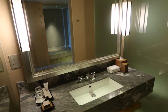 MARINA BAY SANDS: CLUB ROOM - BATHROOM