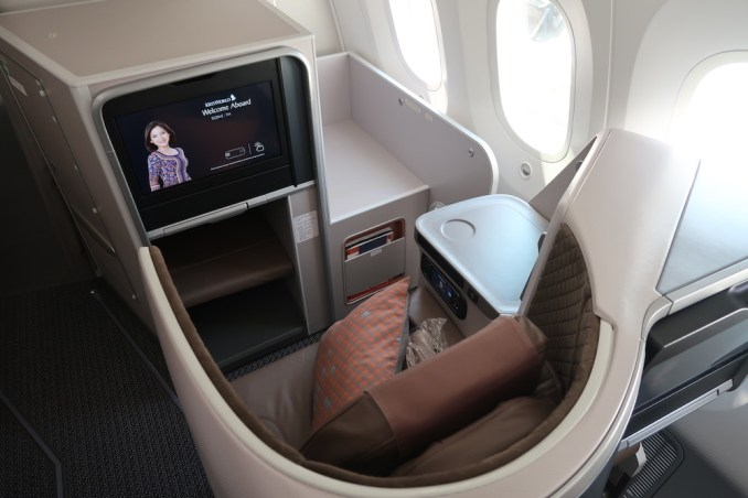 SINGAPORE AIRLINES B787: BUSINESS CLASS BULHEAD SEAT