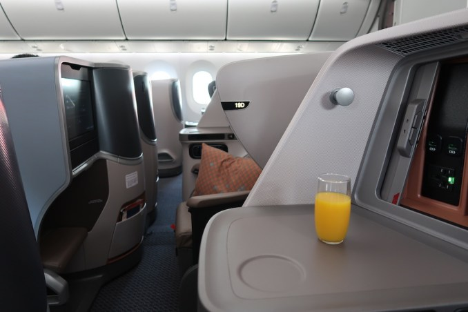 SINGAPORE AIRLINES B787: PRE-DEPARTURE DRINK