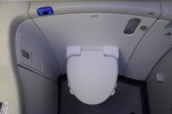 SINGAPORE AIRLINES B787: LAVATORY