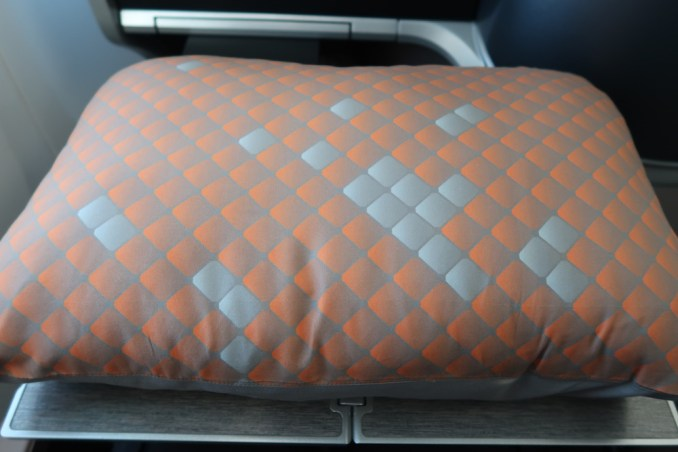 SINGAPORE AIRLINES B787: AMENITIES - PILLOW