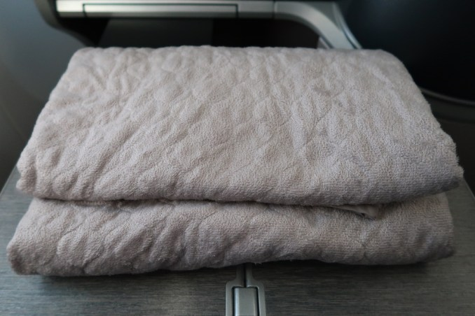 SINGAPORE AIRLINES B787: AMENITIES - BLANKET
