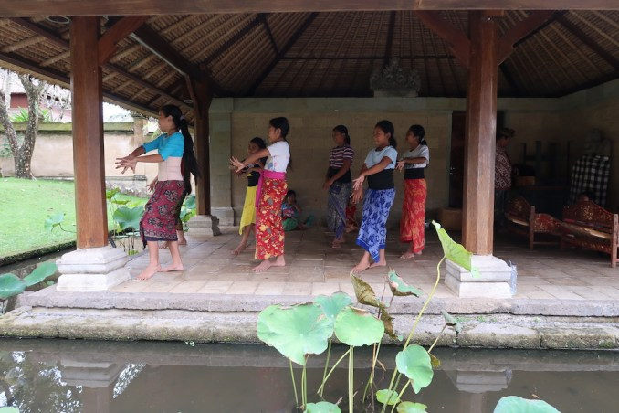 AMANDARI: DANCE LESSONS FOR LOCAL CHILDREN