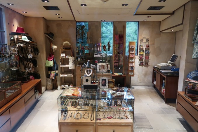 FOUR SEASONS SAYAN: LOBBY - SHOP