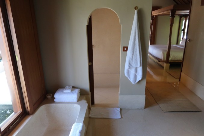 AMANKILA: POOL SUITE - BATHROOM