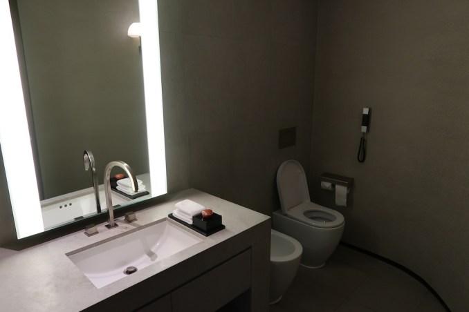 ARMANI HOTEL DUBAI: FOUNTAIN SUITE - GUEST LAVATORY