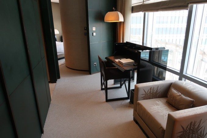 ARMANI HOTEL DUBAI: FOUNTAIN SUITE - OFFICE