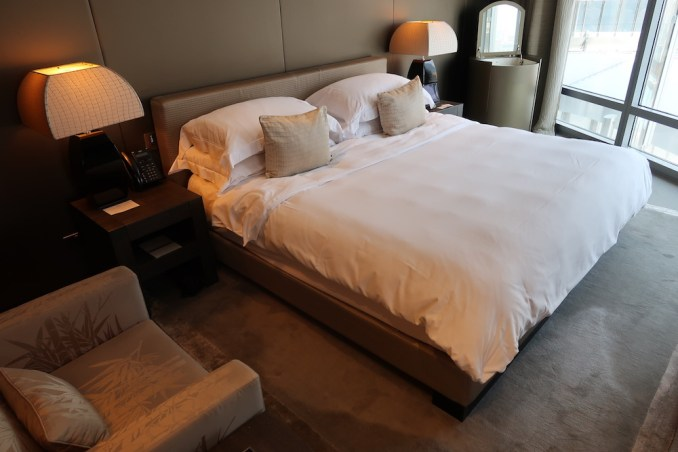 ARMANI HOTEL DUBAI: FOUNTAIN SUITE - BEDROOM