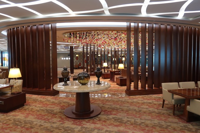 EMIRATES FIRST CLASS LOUNGE AT DUBAI: MAIN SEATING AREA