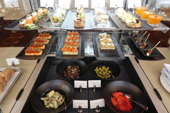 EMIRATES FIRST CLASS LOUNGE AT DUBAI: MAIN SEATING AREA (FOOD STATION)