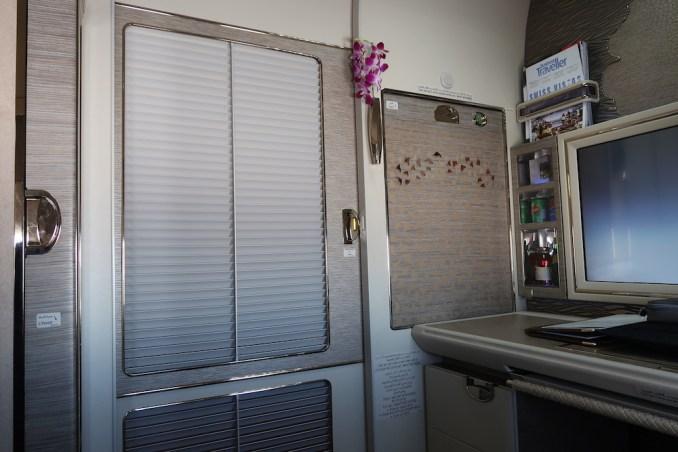 EMIRATES B777 FIRST CLASS SUITE: SERVICE DOOR