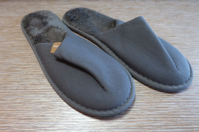 EMIRATES B777 FIRST CLASS: SLIPPERS