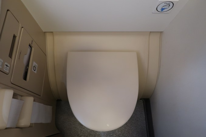 SINGAPORE AIRLINES A380: BUSINESS CLASS LAVATORY