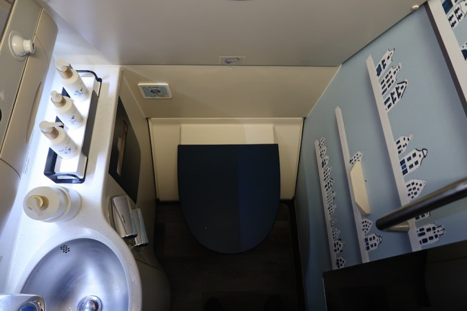 KLM A330 BUSINESS CLASS: LAVATORY