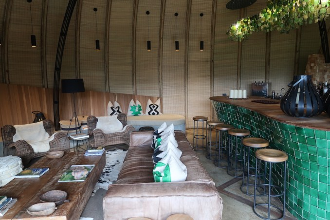BISATE LODGE: MAIN PAVILION - BAR & SITTING AREA