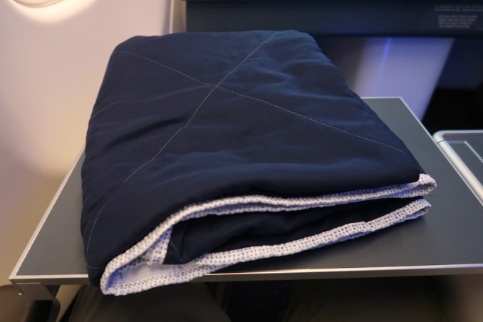 KLM A330 BUSINESS CLASS: BLANKET