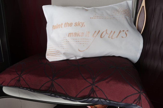 QATAR AIRWAYS A350 QSUITE: PILLOW