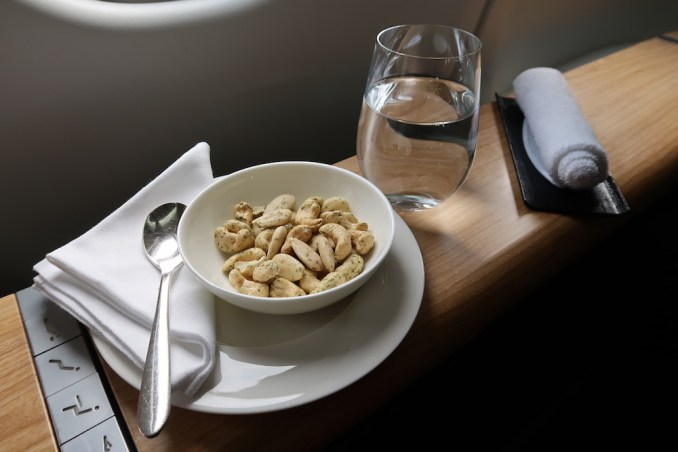 SWISS A330: WELCOME DRINK & NUTS