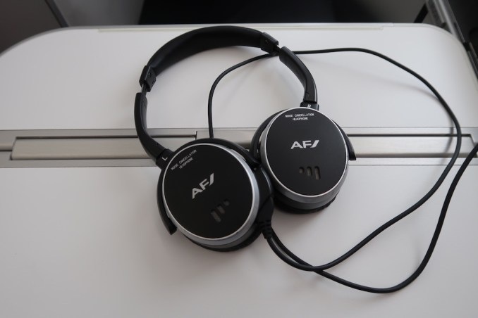 AIR FRANCE B787 BUSINESS CLASS: NOISE CANCELLING HEADPHONES