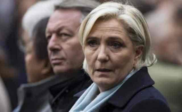 Marine Le Pen asiste a una ceremonia de muertos oficial de policía Xavier Jugele, en la jefatura de policía de París el 25 de abril, 2017.