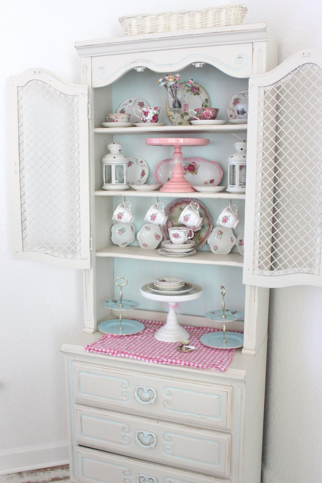 China Cabinet Display  THE MAMANISTA