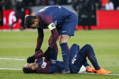 Paris Saint-Germain's Brazilian defender Thiago Silva (up) speaks to Paris Saint-Germain's Brazilian forward Neymar Jr lying on the pitch during the French L1 football match between Paris Saint-Germain (PSG) and Marseille (OM) at the Parc des Princes in Paris on February 25, 2018. / AFP PHOTO (Neymar injury)