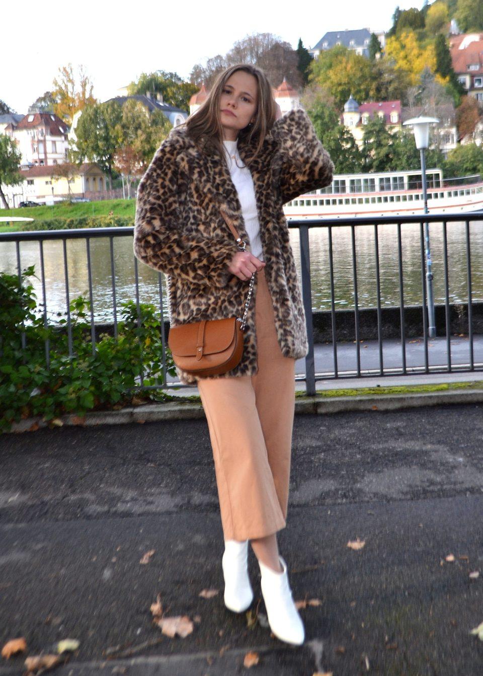 Herbst und Winter: Kombi aus den Farben Braun und Weiß mit auffälligem Leo-Mantel