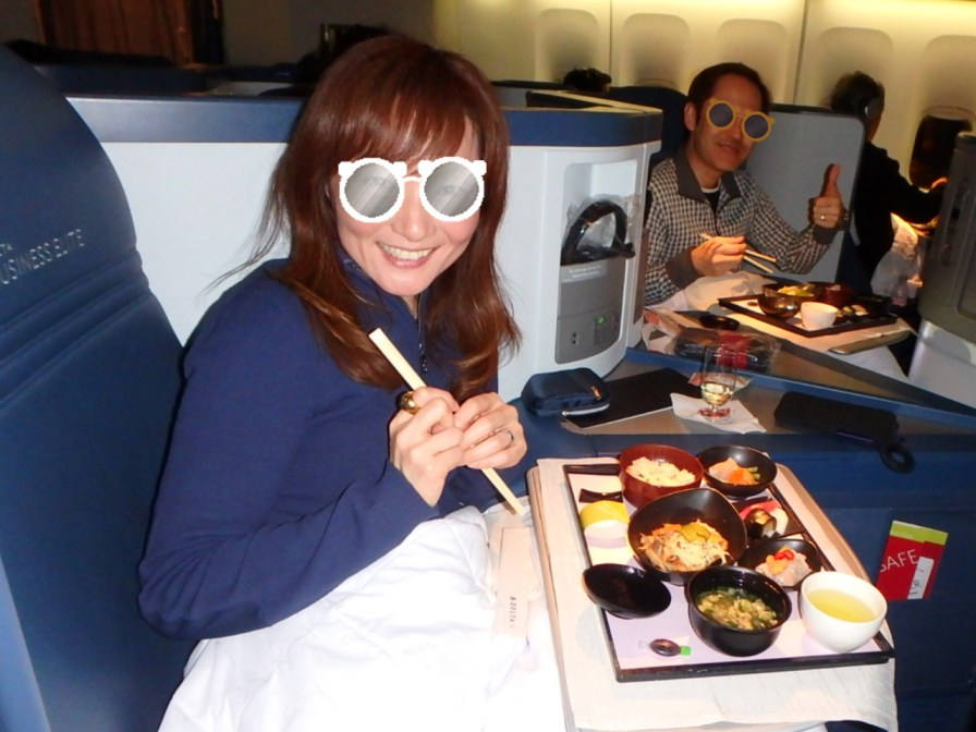 Marurun & Jay enjoyed an in-flight meal at Delta One
