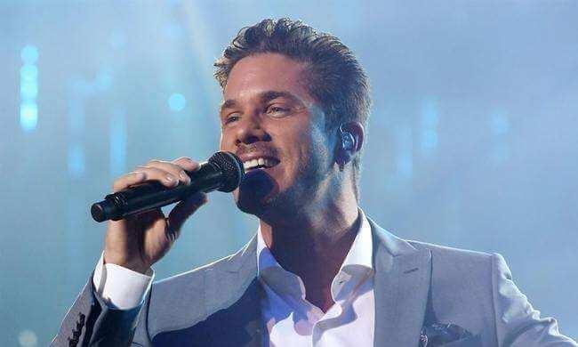 Ο Νίκος Οικονομόπουλος τραγουδάει για χάρη του Αστέρα Βλαχιώτη