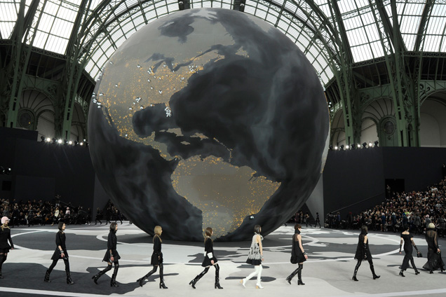 chanel-fall-2013-globe-01
