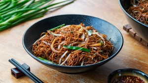 Stir Fried Soy Sauce Noodles (Chow Mein) - 豉油皇炒面