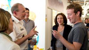 Марк Цукерберг получает памятную эмблему от председателя Объединенного комитета начальников штабов США