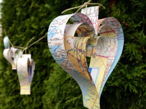 Map heart garland - www.etsy.com/shop/RootToVine