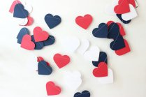 Red and navy garland - www.etsy.com/shop/MailboxHappiness