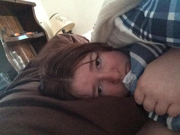 mujer acostada en la cama cubierto en manta