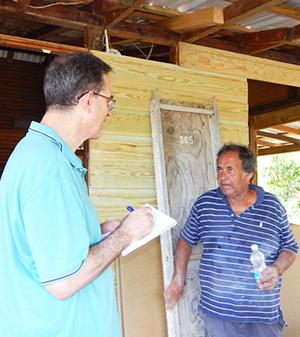 Martín Koppel (izquierda) con el electricista jubilado Rudy Laboy, en Humacao.