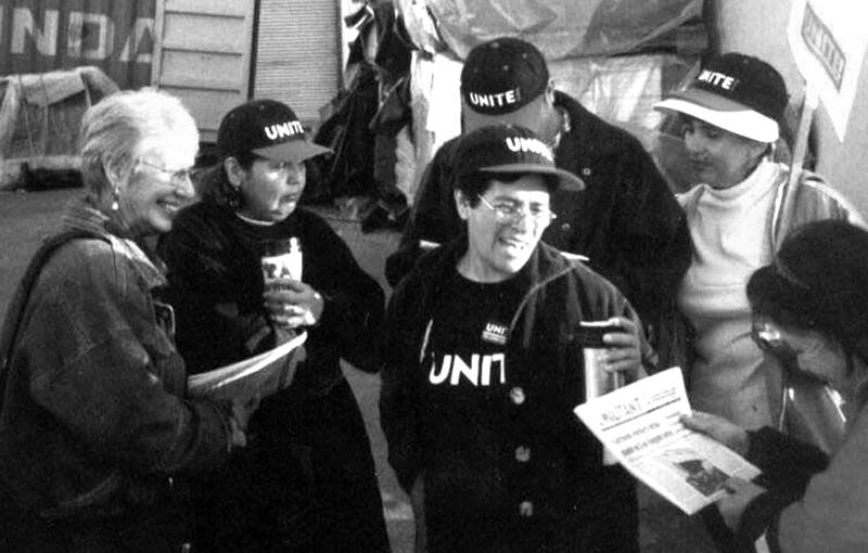 Arriba, Wendy Lyons, izq., en línea de piquetes de huelguistas de UNITE en la Hollander Home Fashions en Los Angeles, marzo de 2001. Recuadro, Lyons es entrevistada por televisión china, diciembre de 2004, durante su campaña como candidata del PST para alcalde de Los Angeles.