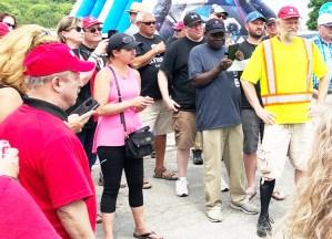 Mineros de la sal en huelga discuten progreso de negociaciones en línea de piquetes frente a mina de Compass Minerals en Goderich, Ontario, el 13 de julio, antes de ganar nuevo contrato.