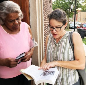 Haciendo campaña por el PST en south side de Chicago el 2 de agosto, Laura Anderson (derecha), conoció a Alice Goodrun, una maestra jubilada, quien compró una suscripción al Militante y un ejemplar de Malcolm X, la liberación de los negros y el camino al poder obrero.
