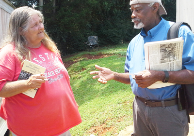 Sam Manuel met Judy Holt on her doorstep in Morristown, Tennessee, Aug. 11, as SWP members went through the area to discuss the April immigration cops' raid and arrests at a nearby meat-processing plant. Like many others, Holt opposed raid and subsequent deportations.