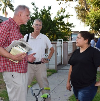 Knocking on doors in North Long Beach, California, SWP members Dennis Richter, left, and Bill Arth met Jessica Herrera, who spoke about ICE raid at 7-Eleven she works in.