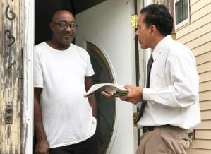 SWP member Róger Calero talks with Herman Freeman at his doorstep in Queens, Sept. 23.