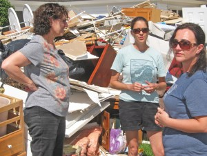 Sept. 28, Rebecca Stutts (center) and Militant subscriber Samantha Worrell (right) introduced Rachele Fruit, Socialist Workers Party candidate for Georgia governor, to workers in North Carolina coastal area abandoned by capitalist rulers after Hurricane Florence.