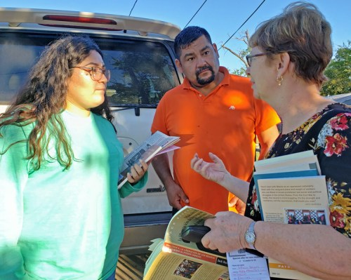 Socialist Workers Party candidates across the country talked to workers door to door, joined picket lines of workers fighting for union rights, and participated in other political protests. Alyson Kennedy, SWP candidate for U.S. Senate from Texas, speaks with Efrain Vargas and his daughter Hortencia in West Dallas.
