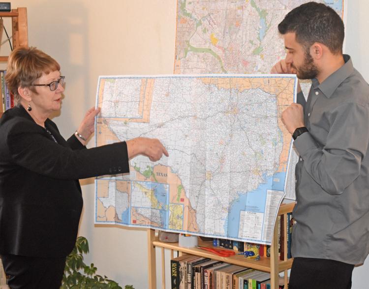 Alyson Kennedy, candidata de PST a alcalde de Dallas, y partidario Samir Hazboun muestran a donde llevarán la campaña para presentarla por todo el estado y aparecer en boleta en Dallas.