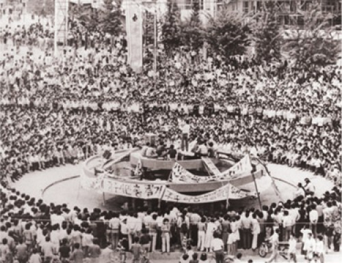 Manifestación en ciudad de Kwangju durante rebelión popular de nueve días en mayo de 1980 contra dictadura militar surcoreana de Chun Doo-hwan. Miles de trabajadores armados se tomaron la ciudad. El levantamiento fue aplastado con ayuda de las fuerzas estadounidenses.