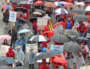 Más de 30 mil miembros del sindicato de maestros en Los Angeles y partidarios marchan el 14 de enero, primer día de huelga para exigir clases más pequeñas, más personal y alza salarial.