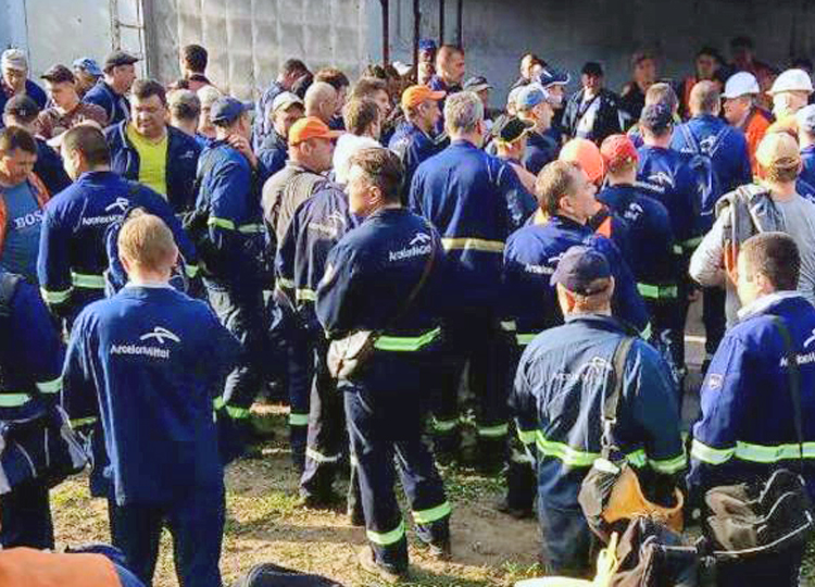 Rail workers in Kryvyi Rih, Ukraine, during work-to-rule protest against low wages, poor working conditions and dangerous state of trains outside ArcelorMittal steel plant, May 16, 2018.