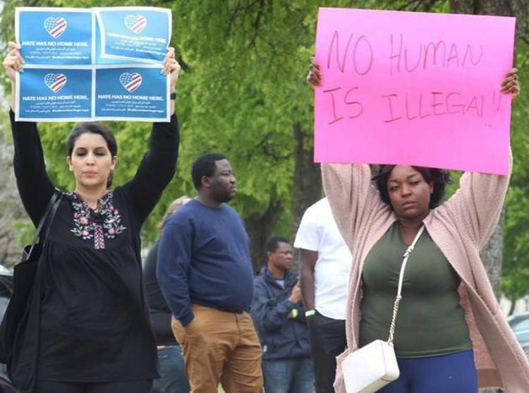Manifestantes frente a fábrica en Allen, Texas, durante redada de la migra el 3 de abril. Los policías rodearon la planta y detuvieron a 284 trabajadores; la redada más grande en una década.