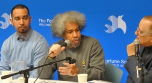 De la izq., Ismael Nazario, quien estuvo en confinamiento solitario en Rikers Island cuando era un adolescente; Albert Woodfox; y David Rothenberg, fundador de Fortune Society, hablan en evento el 28 de marzo en Nueva York.